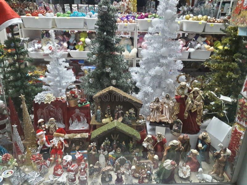 1 verre souillé avec les arbres d'ornements, de pin de Noël, blancs et verts, mangeoires, beauté photo libre de droits