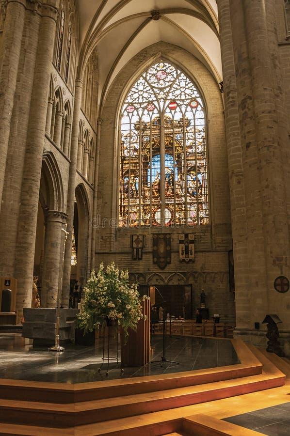 Verre souillé, colonnes et autel à St Michael et la cathédrale de St Gudula à Bruxelles photos libres de droits