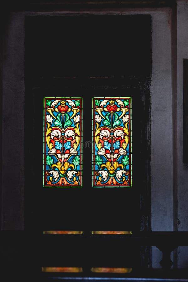 Verre souillé coloré par église dans l'obscurité photo libre de droits