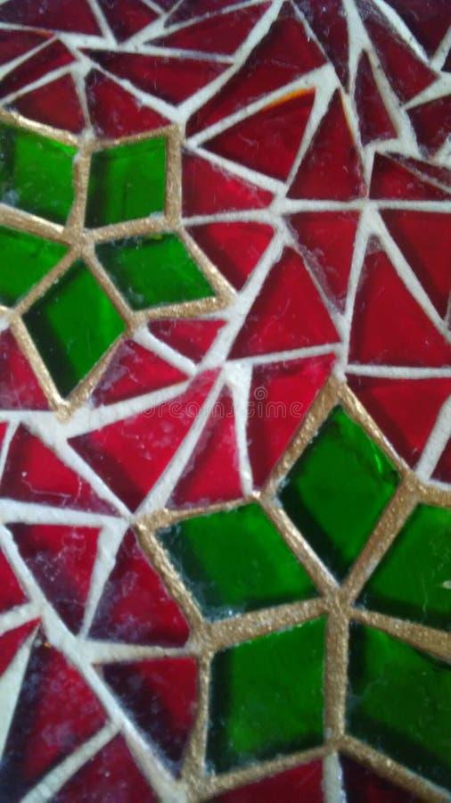 Verre souillé décoratif avec le motif rouge et vert de Noël image stock