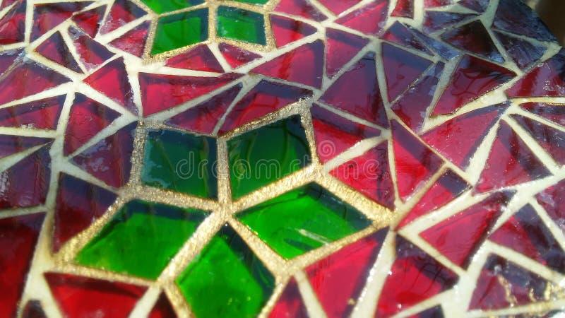 Verre souillé décoratif avec le motif rouge et vert de Noël photos libres de droits