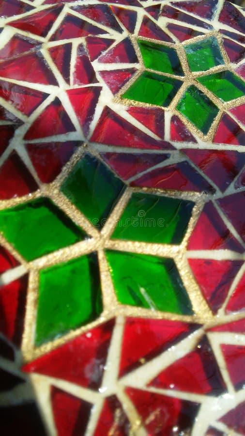 Verre souillé décoratif avec le motif rouge et vert de Noël image libre de droits