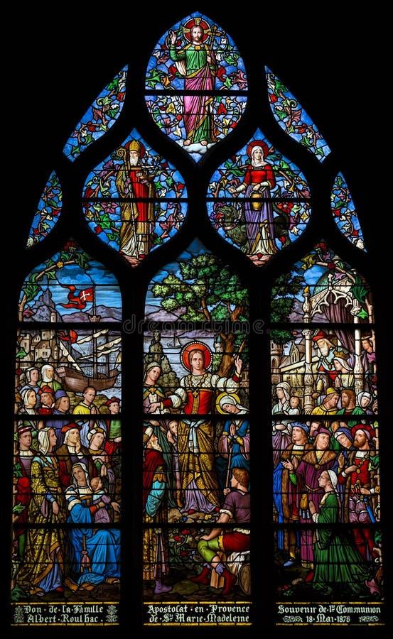 Verre souillé dépeignant l'apostleship de St Mary Magdalene en Provence Tiré dans l'église du saint Severin, Paris photographie stock