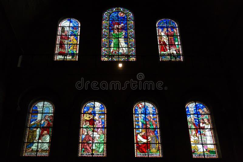 Verre souillé dans l'église de Perigueux image stock