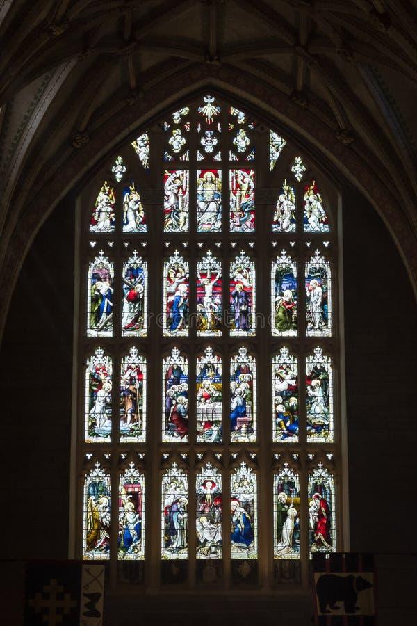 Verre souillé dans l'abbaye A de Tewkesbury image stock