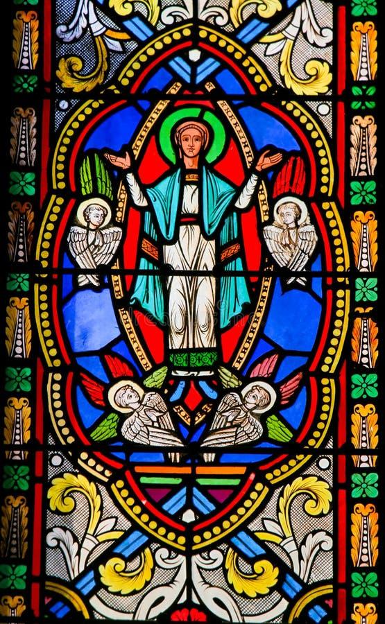 Verre souillé dans la cathédrale du Monaco - acceptation de Mary dans Heav image stock
