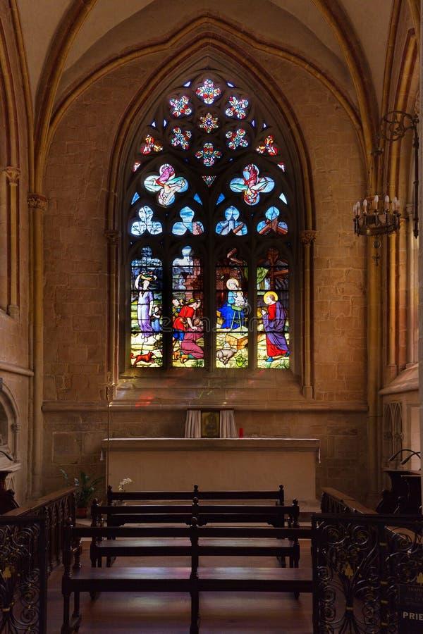 Verre souillé dans la cathédrale française images libres de droits