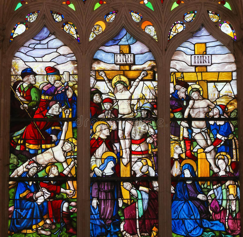 Verre souillé dans le monastère de Batalha - crucifixion de Jésus image stock