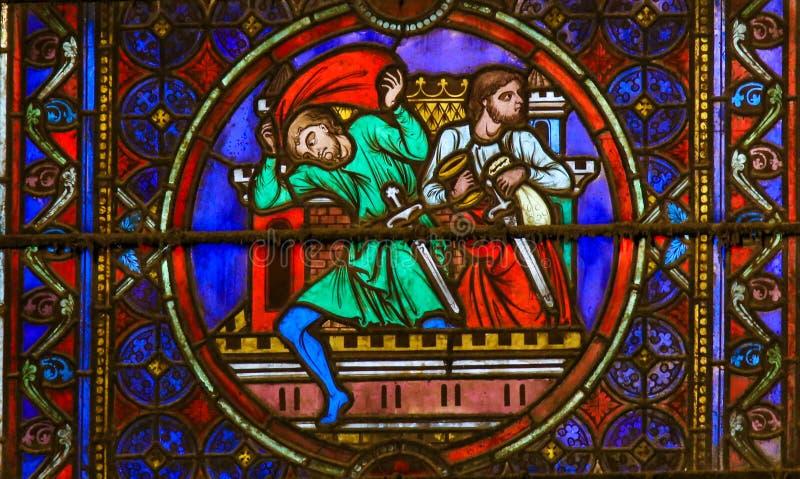 Verre souillé en Notre Dame, Paris dépeignant des voleurs image stock