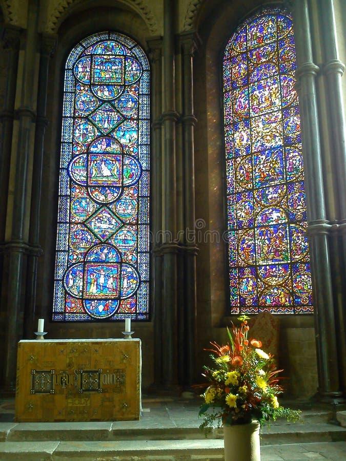 Verre souillé et autel d'une église photographie stock