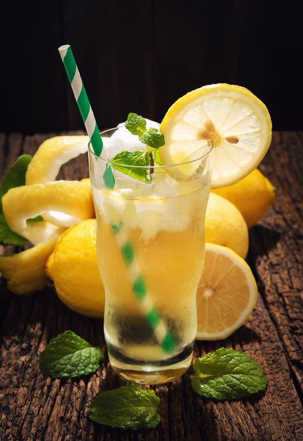 Verre toujours de la vie de jus de citron de boisson non alcoolisée de limonade sur le Tableau en bois R photos stock
