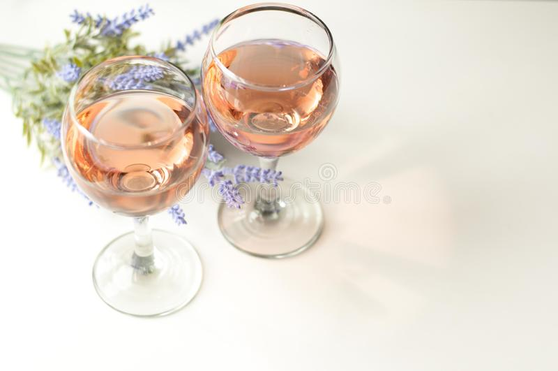 Verre transparent de vin Vin rose Humeur de fête Alcool pour un groupe d'amis Boisson délicieuse Fond clair Boisson noble images libres de droits