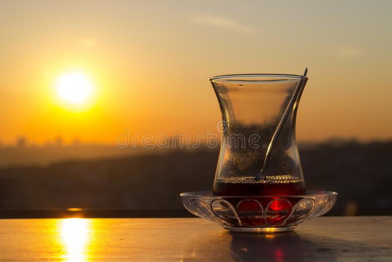 Verre turc vide de th?, th? turc traditionnel et verre, secteur vide, coucher du soleil images stock
