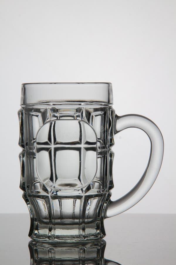 Verre vide de bière sur le fond blanc photo stock