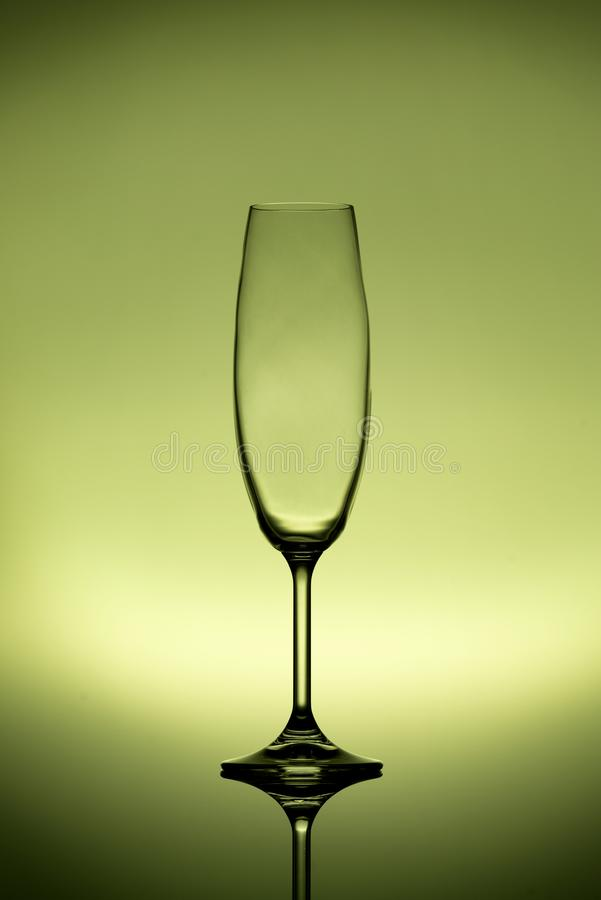 Verre vide de champagne sur un fond de citron reflété photographie stock libre de droits