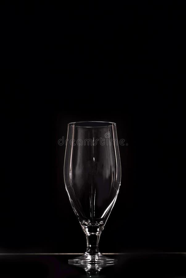 Verre vide sur un fond noir Un verre classique pour les boissons alcoolisées Verre grand Ustensile de restaurant Copiez l'espace image libre de droits