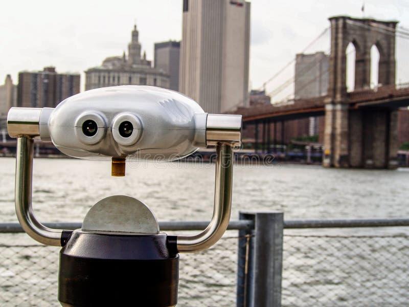 Verrekijkers en de brug van Brooklyn in New York royalty-vrije stock foto