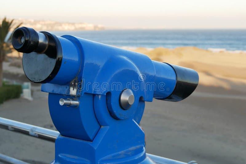 Verrekijkers - Telescoop - op het strand - lateraal van het recht stock foto