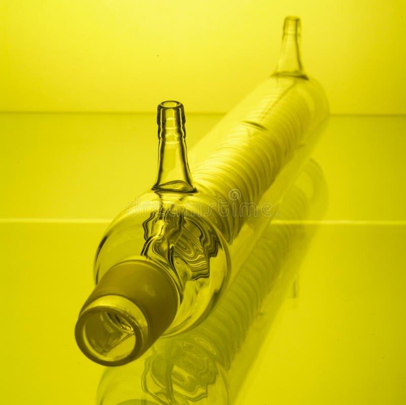 verrerie chimique avec la réflexion sur le fond photo stock