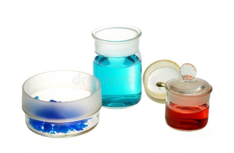 Verrerie chimique, pesant des bouteilles avec des produits chimiques photos stock