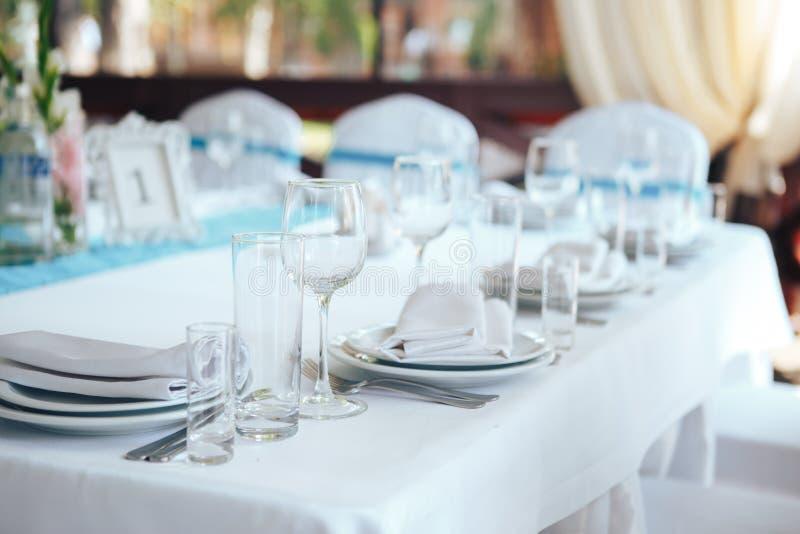 Verrerie et couverts pour le dîner approvisionné d'événement Arrangement de fête de table dans le restaurant photographie stock libre de droits