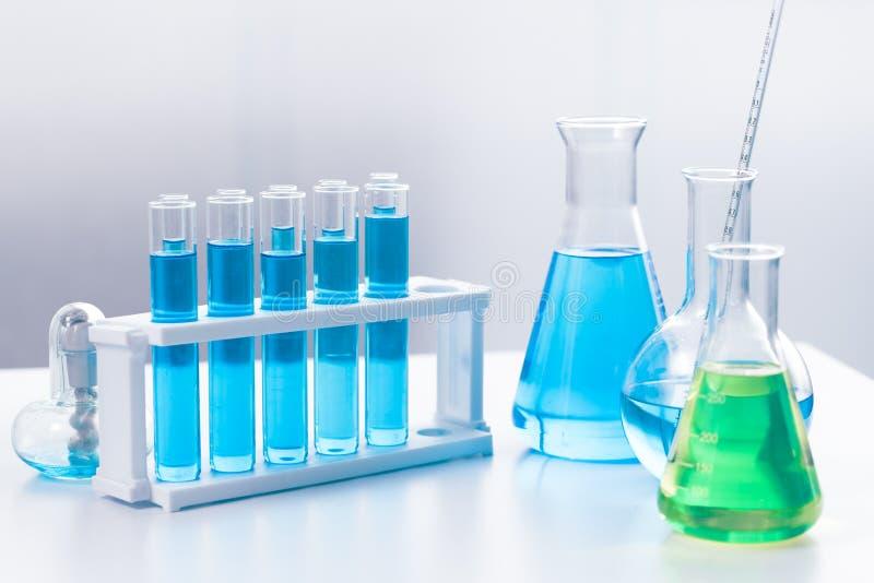 Verrerie médicale chimique de la Science dans le laboratoire de recherches pour le fond photo stock