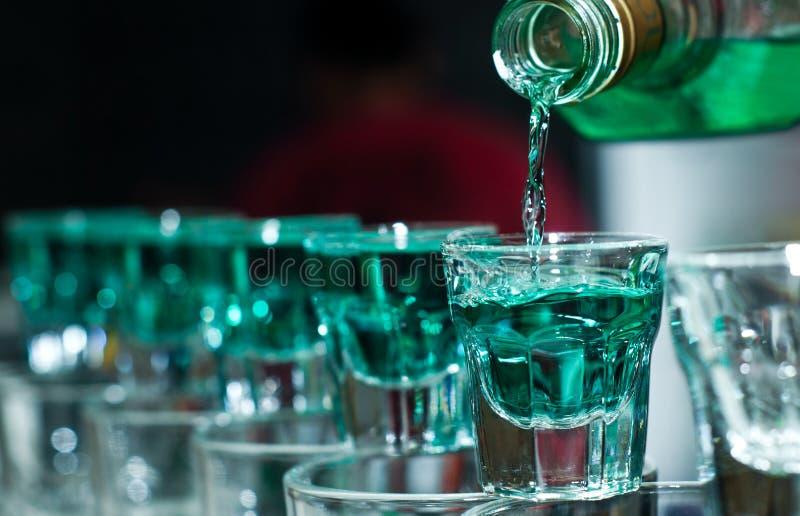 Verres à liqueur complètement d'alcool photos stock