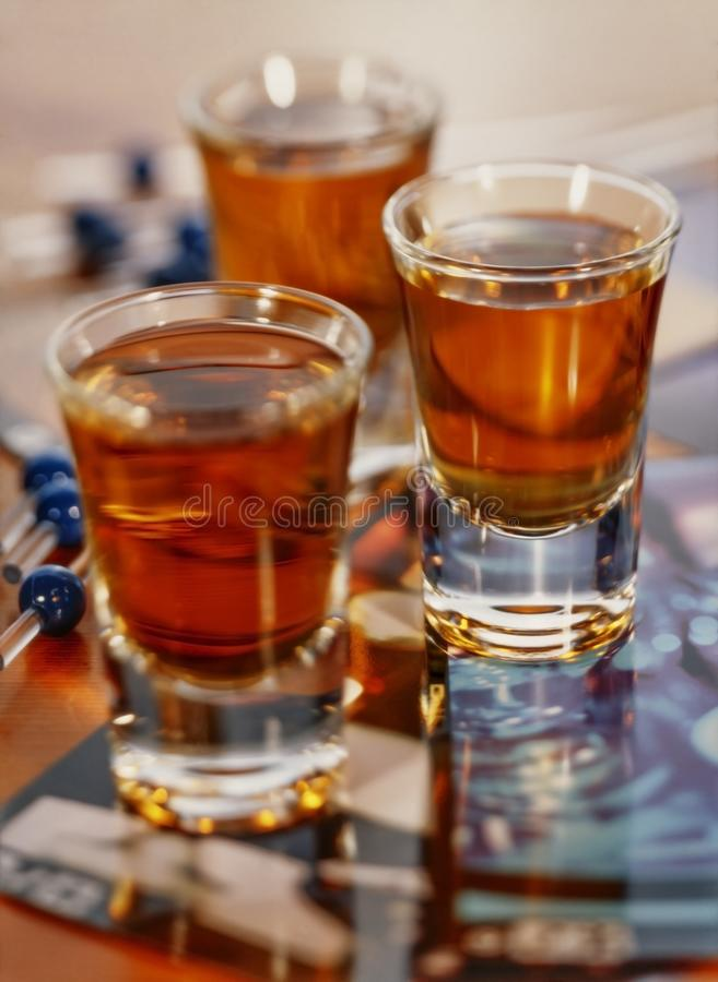 3 verres à liqueur pleins du whiskey avec une profondeur de champ image libre de droits