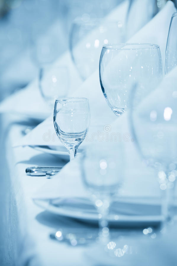 Verres à vin dans une ligne avec des serviettes image libre de droits