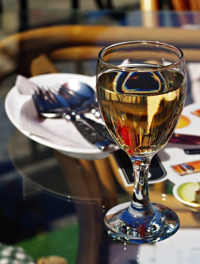 Verres à vin en café de rue images libres de droits