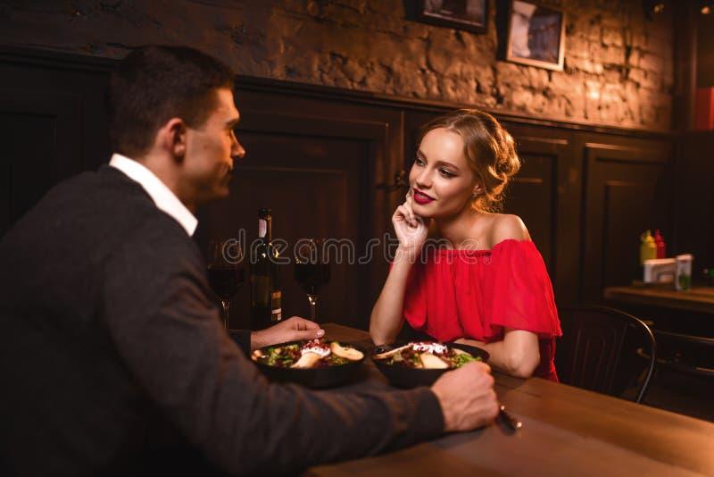 Verres augmentés par couples, célébration d'anniversaire photo libre de droits