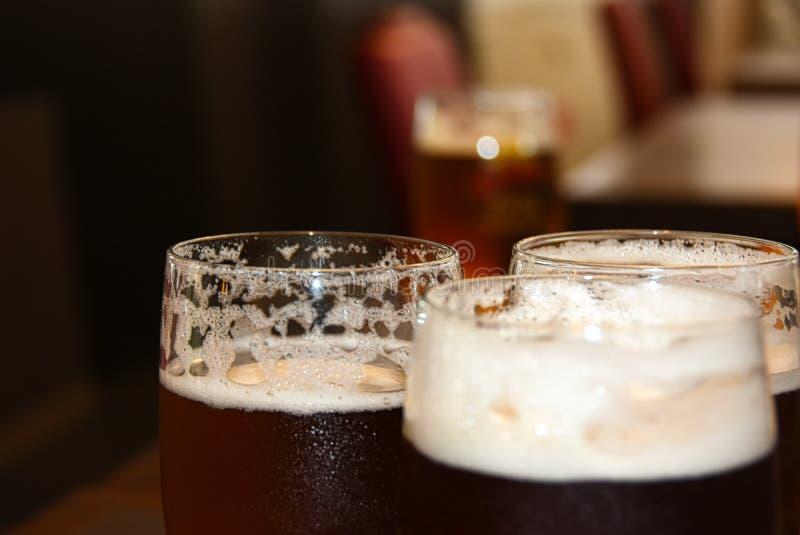 Verres avec de la bière blonde sur la barre image stock
