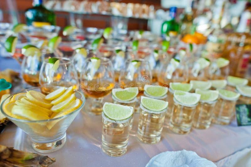 Verres avec la chaux et la tequila images libres de droits