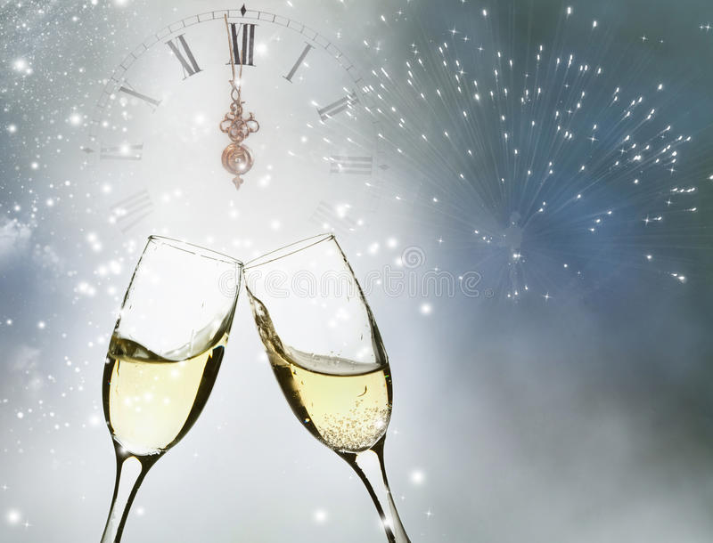 Download Verres Avec Le Champagne Et L'horloge Près Du Minuit Photo stock - Image du congrats, heureux: 45350724