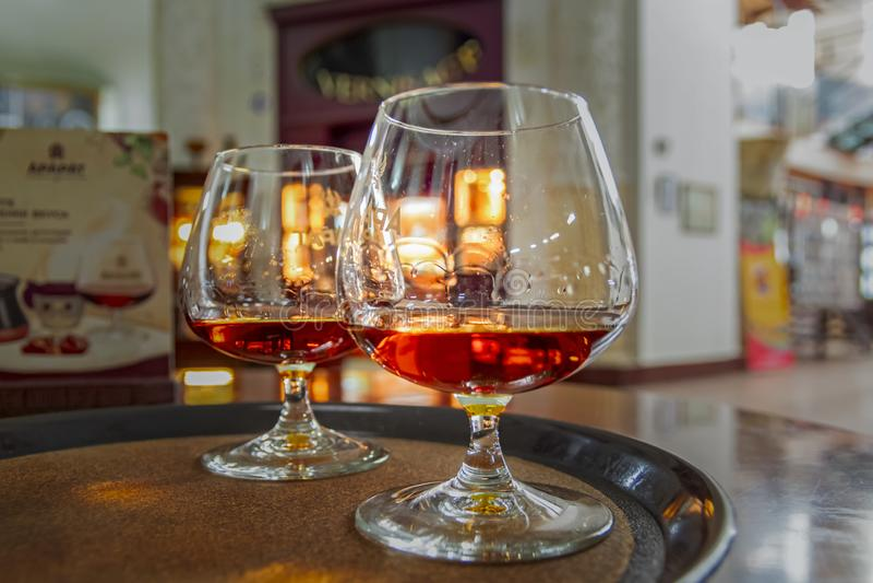 Verres avec le cognac sur le plateau Collection de vintage, boissons alcoolisées réglées photo stock