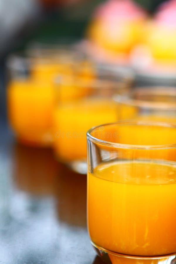 Verres avec le jus d'orange photographie stock