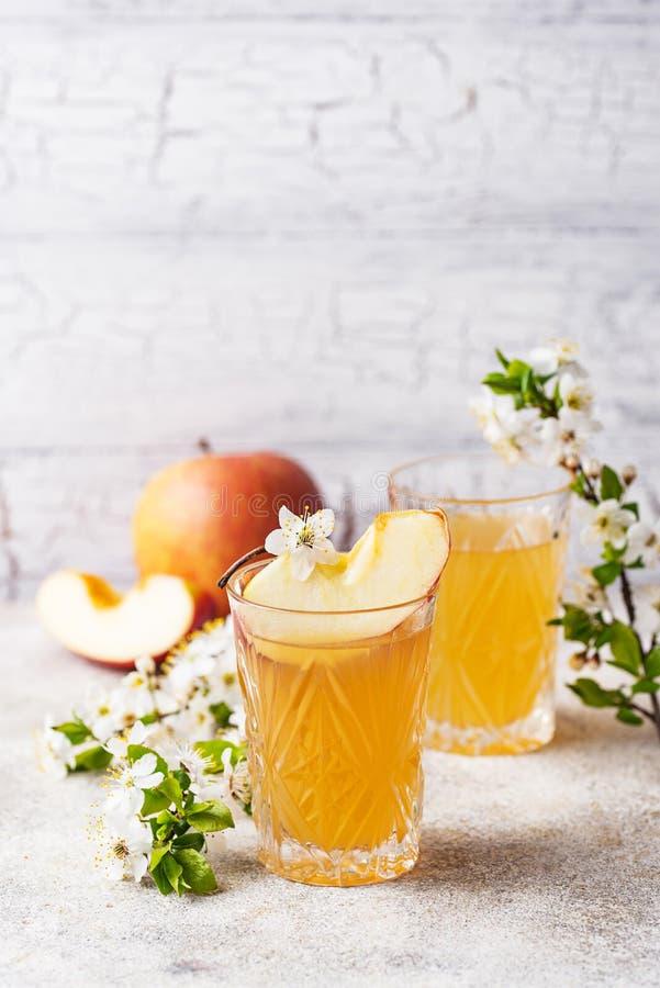 Verres avec le jus ou le cidre de pomme frais photos stock
