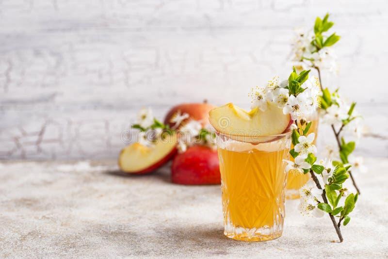 Verres avec le jus ou le cidre de pomme frais photographie stock