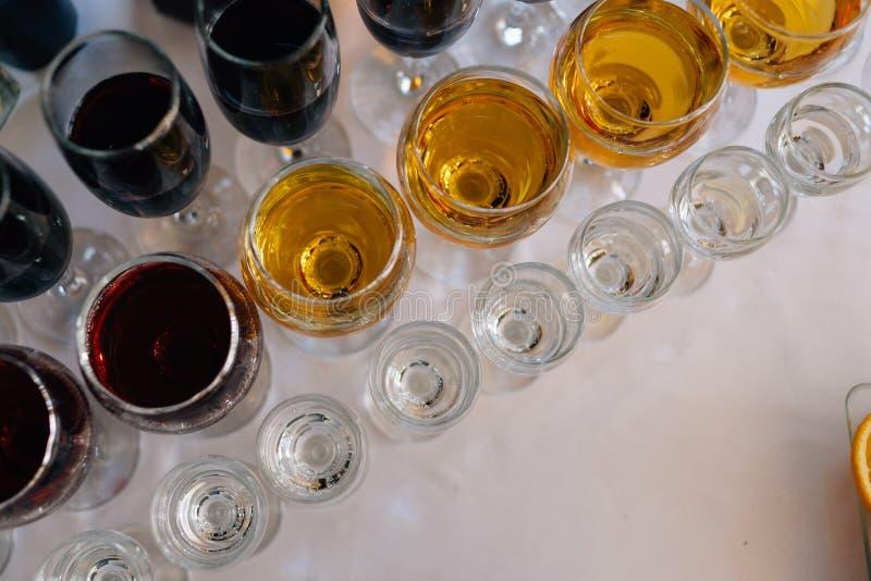 Verres avec le support d'alcool dans une rangée Vue sup?rieure photographie stock