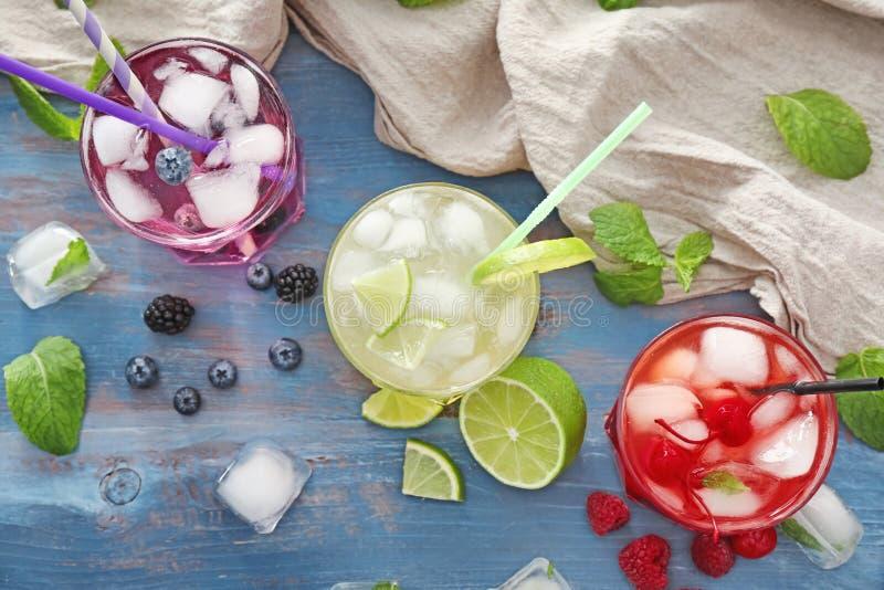 Verres avec les cocktails délicieux d'été sur la table, vue supérieure photos libres de droits