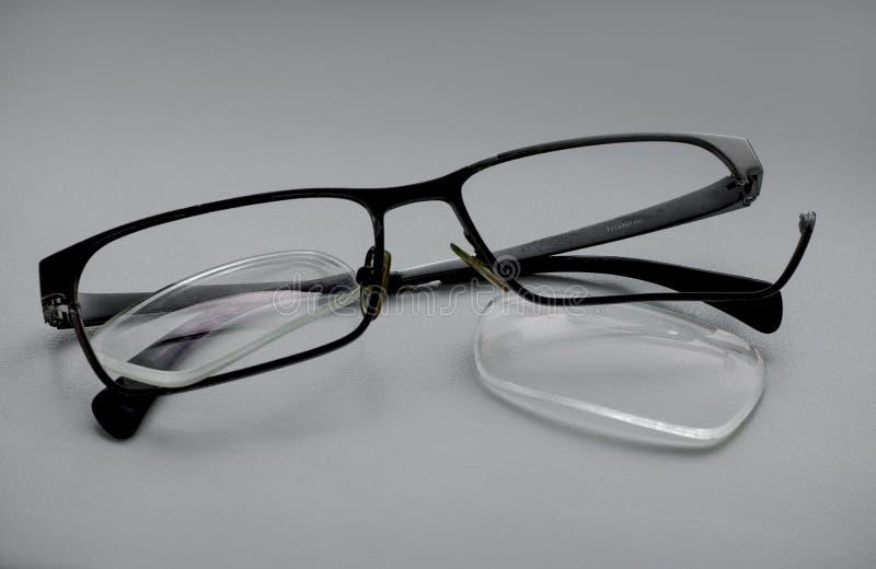 verres cassés avec des verres lâches, jante cassée photos libres de droits