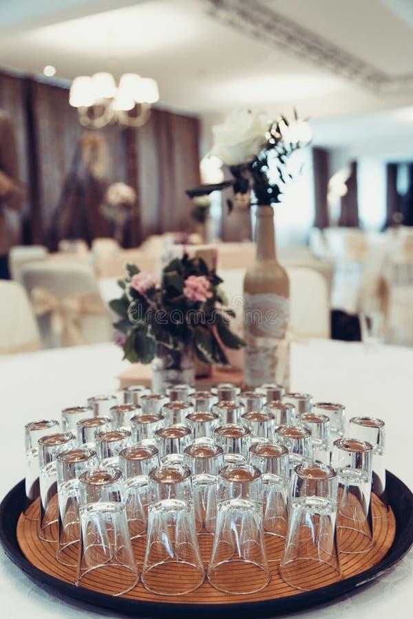Verres cristal sur une table dans le restaurant photographie stock