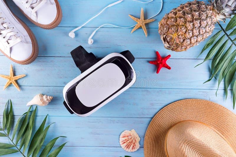 verres 3D avec la palmette, les chaussures, le chapeau et l'ananas sur un fond en bois bleu Concept du déplacement dans la réalit photographie stock libre de droits