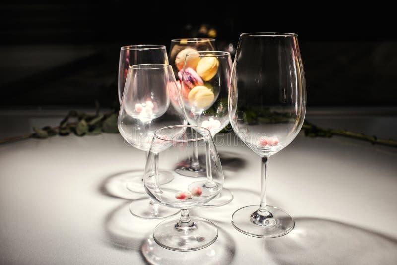 Verres d'eau-de-vie fine en cristal de vin de partie de banquet photographie stock libre de droits