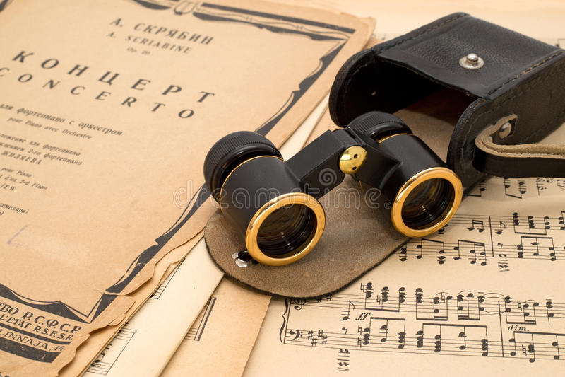 Verres d'opéra avec le cas sur un score antique de musique images stock