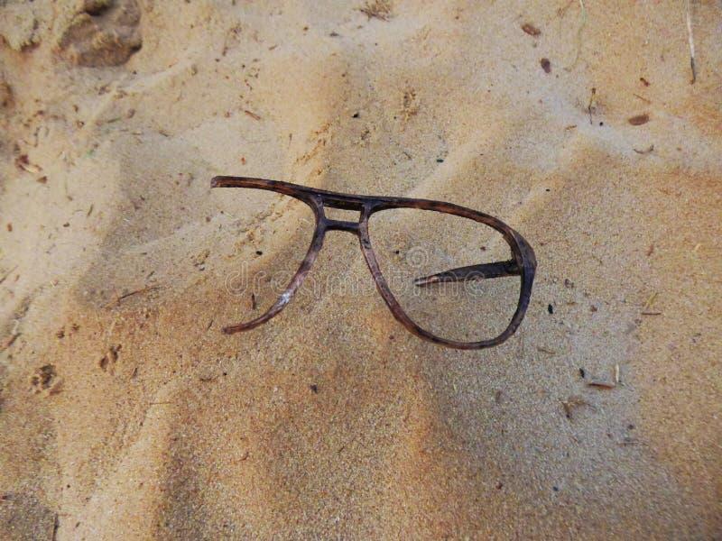 Verres dans le sable image stock