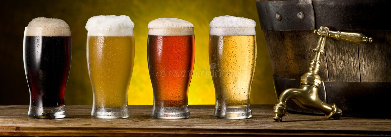Verres de bière et de tonneau de bière sur la table en bois Brasserie de métier images stock