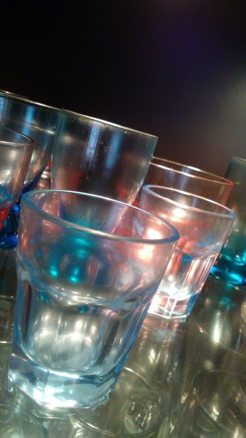 Verres de boisson alcoolisée de diverses couleurs bleues et d'illuminer rose et appropriées à boire les boissons alcoolisées à la photo stock