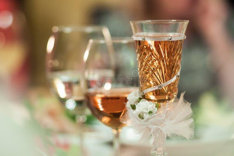 Verres de célébration avec des boissons décorées image libre de droits