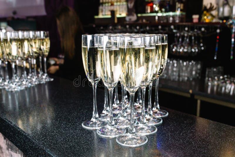 Verres de champagne à la barre image stock